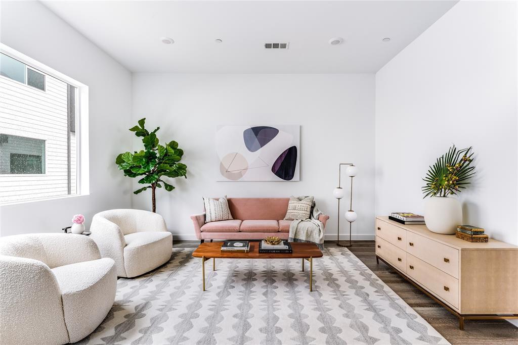 Dallas Neighborhood Home For Sale - $370,000